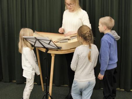 """""""Maalataan musiikilla!"""" laboratory @Metso library - Tampere"""