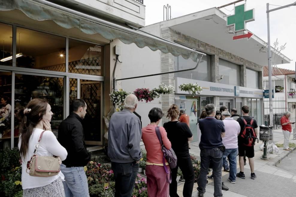 grecii-stau-la-cozi-pentru-a-retrage-bani-din-bancomate-dupa-anuntul-referendumului-7915.jpg