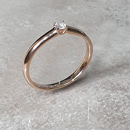 Ring aus 585er Rotgold mit 4er Kappe und Brillant