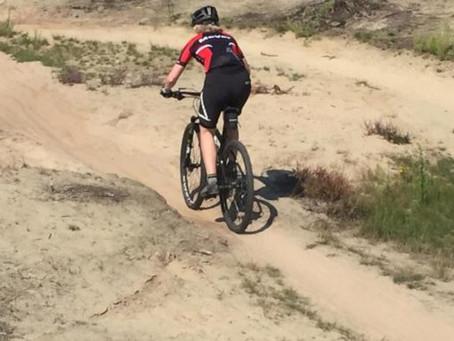 Met de mountainbike door mul zand. Hoe doe je dat?