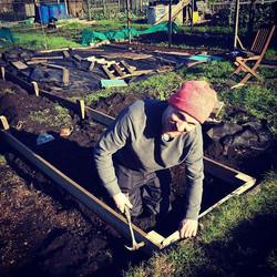 Michael happily hammering away 🔨🔨🔨 #raisedbed #raisedbeds #organicgardening #urbangardening #sust
