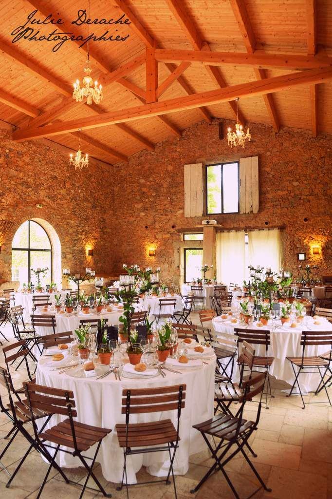 Des petits pots de muguets en décoration de table de mariage et cadeaux d'invités