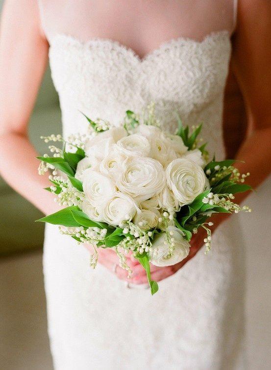 Un bouquet de mariée avec de jolies roses blanches et du muguet