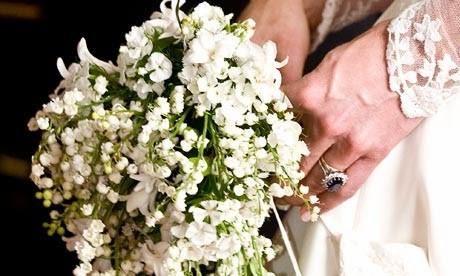 Gros plan sur le bouquet de mariée de Kate Middleton avec du muguet