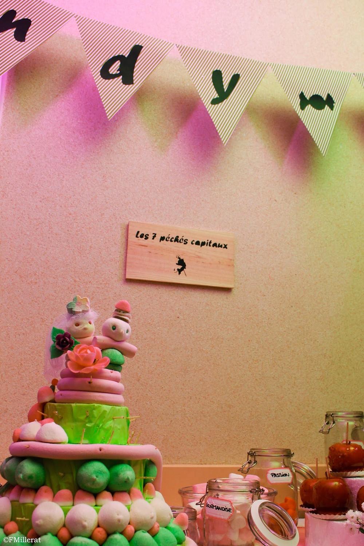 Une pièce montée de bonbons pour le candy-bar des mariés