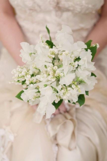 Un bouquet de mariée avec du muguet