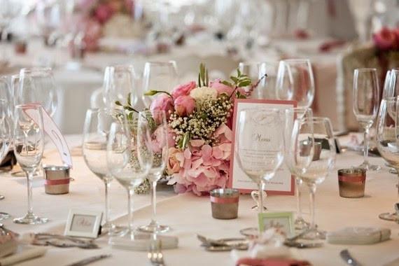 Du muguet dans le centre de table fleuri de votre mariage