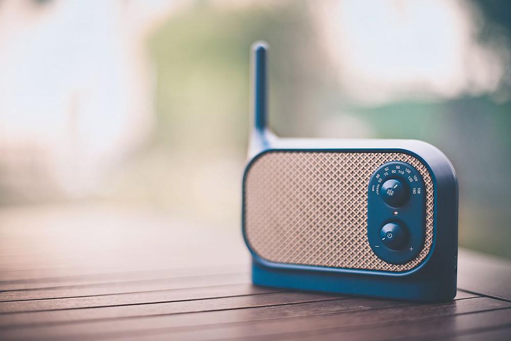 La radio Mezzo de la designeur Ionna Vautrin pour Lexon en bleu canard