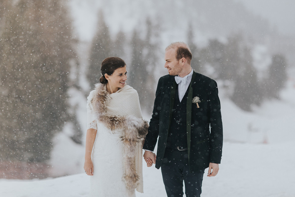 Un couple de mariés sous la neige pour un mariage hivernal