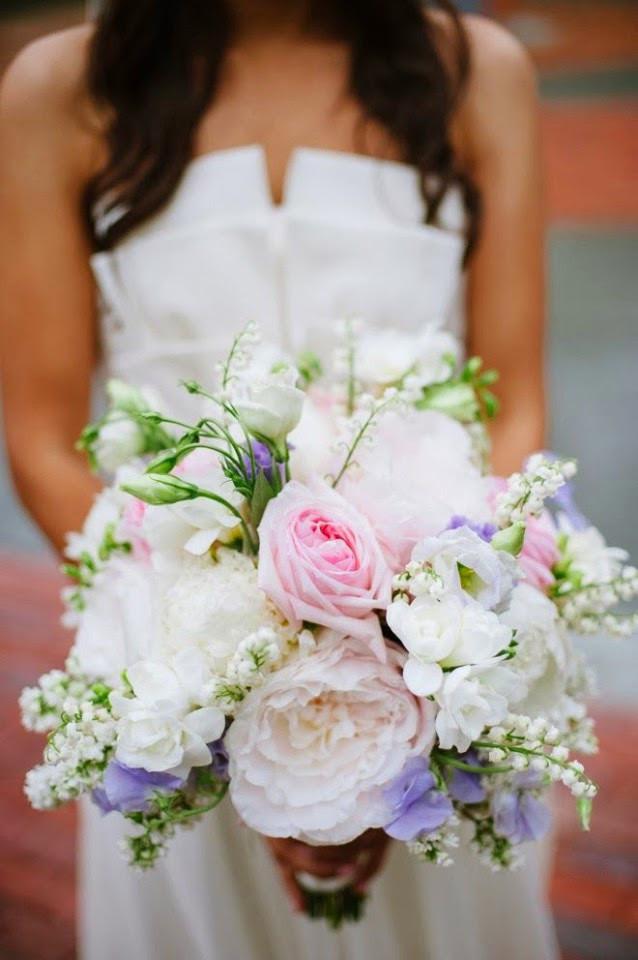 Du romantisme pour ce bouquet de marié avec quelques brins de muguet