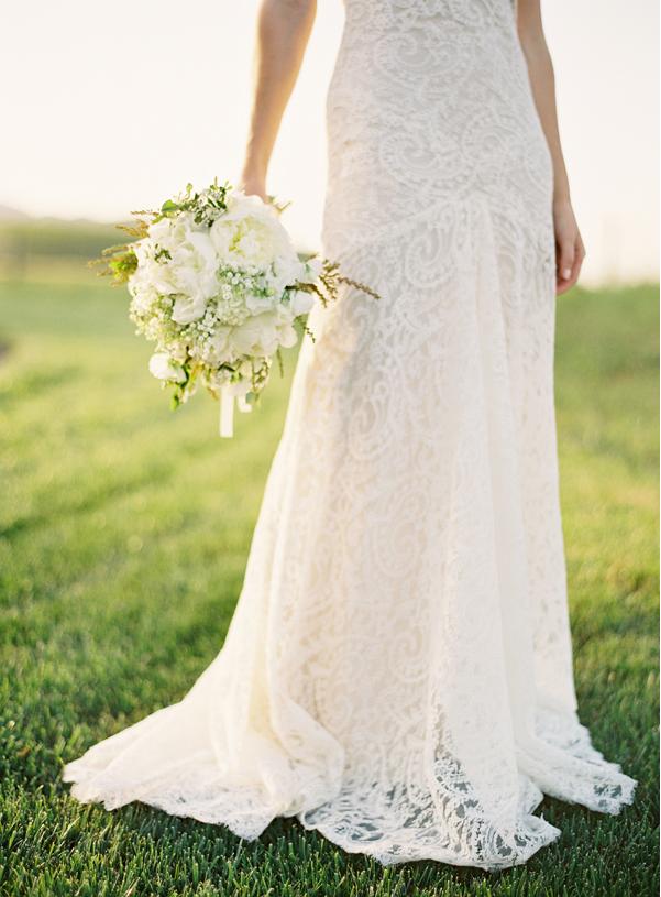 Un joli bouquet blanc orné de muguet pour un mariage de style vintage et bohème