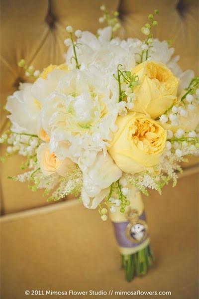 Le blanc du muguet accompagne parfaitement le jaune de ce bouquet de mariée