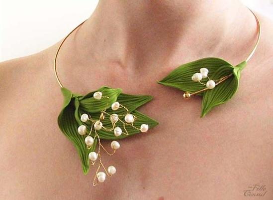 Un collier de mariée avec du muguet