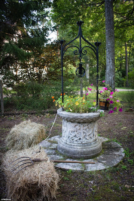 Un puits, quelques bottes de pailles, une fourche, voilà les ingrédients déco d'un mariage champêtre