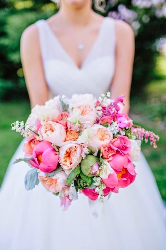 Quelques brins de muguet ornent ce joli bouquet de mariée coloré