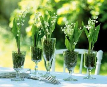 De simples brins de muguet pour orner votre table de mariage