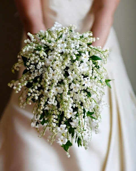 un bouquet de mariée retombant en cascade avec du muguet