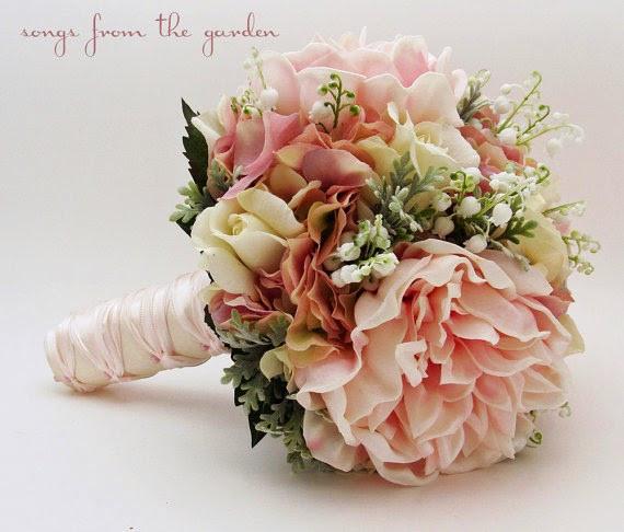 Un bouquet dans les tons de vieux rose avec quelques brins de muguet pour un mariage vintage