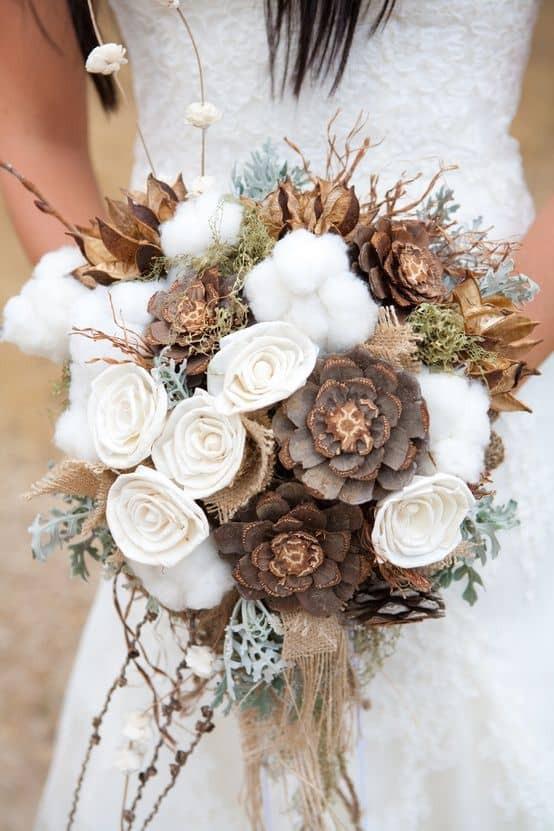 Un bouquet de mariée hivernal avec des fleurs de coton