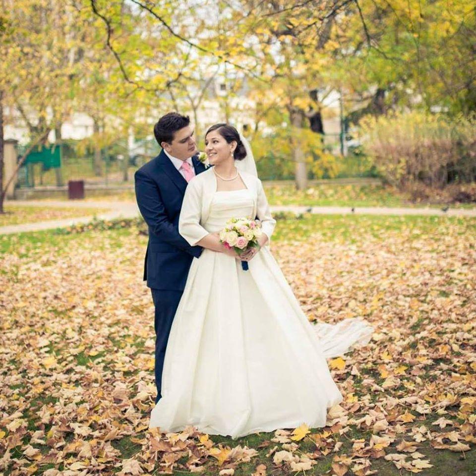 Deux mariés entourés de jolies feuilles d'automne pour un mariage au mois de novembre