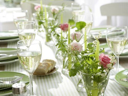 Des petites compositions avec du muguet pour la décoration des tables de votre mariage
