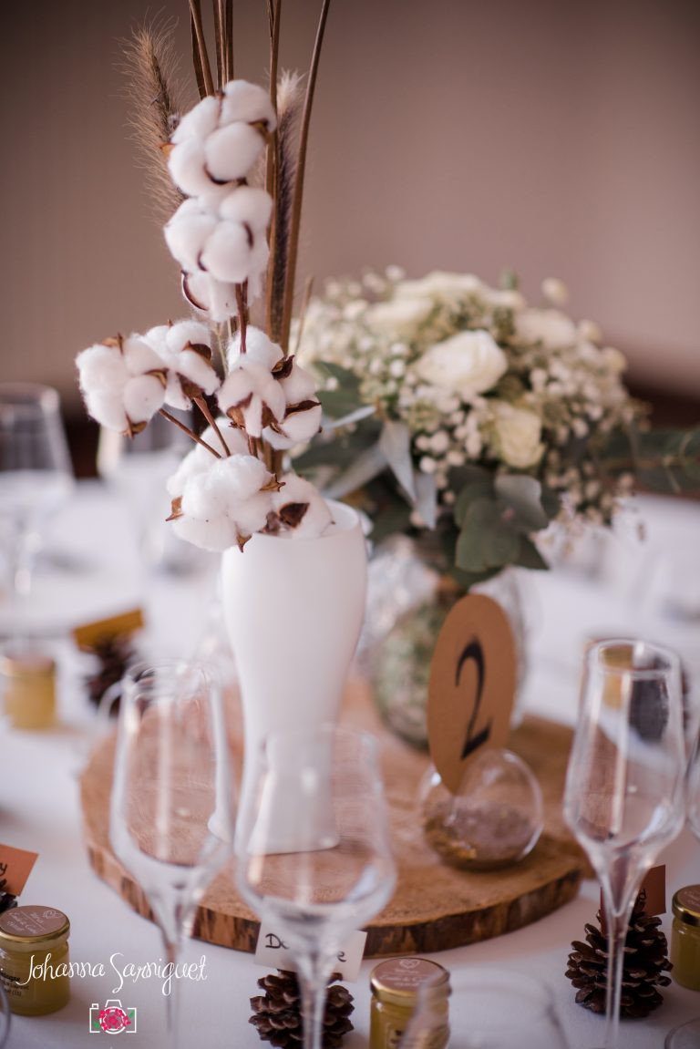 Centre de table d'un mariage d'hiver avec des fleurs de coton