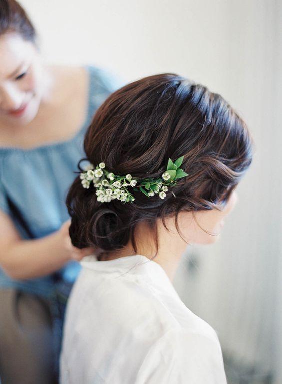 Jolie coiffure de mariée avec du muguet