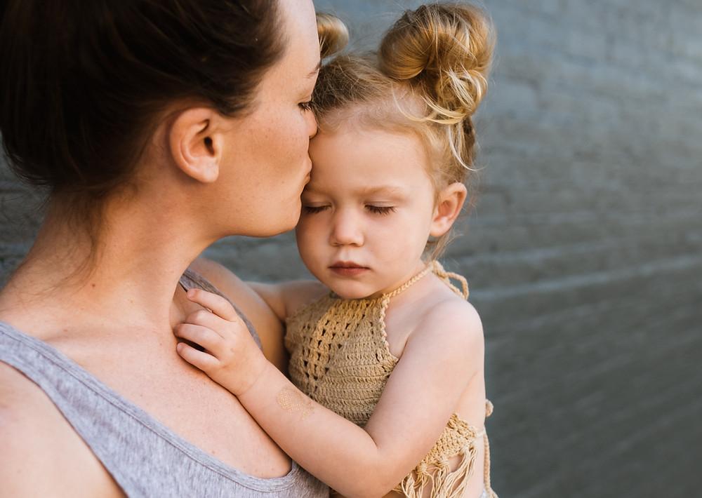Une mère embrassant sa fille pour la fête des mères