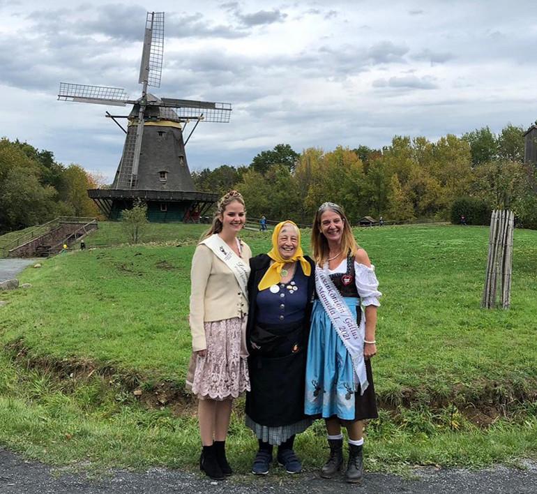 Apfelfest im Hessenpark mit der Apfelweinkönigin Larissa
