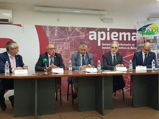 El consejero de Empleo, Empresa y Comercio de la Junta de Andalucía, Javier Carnero, ha asistido a l