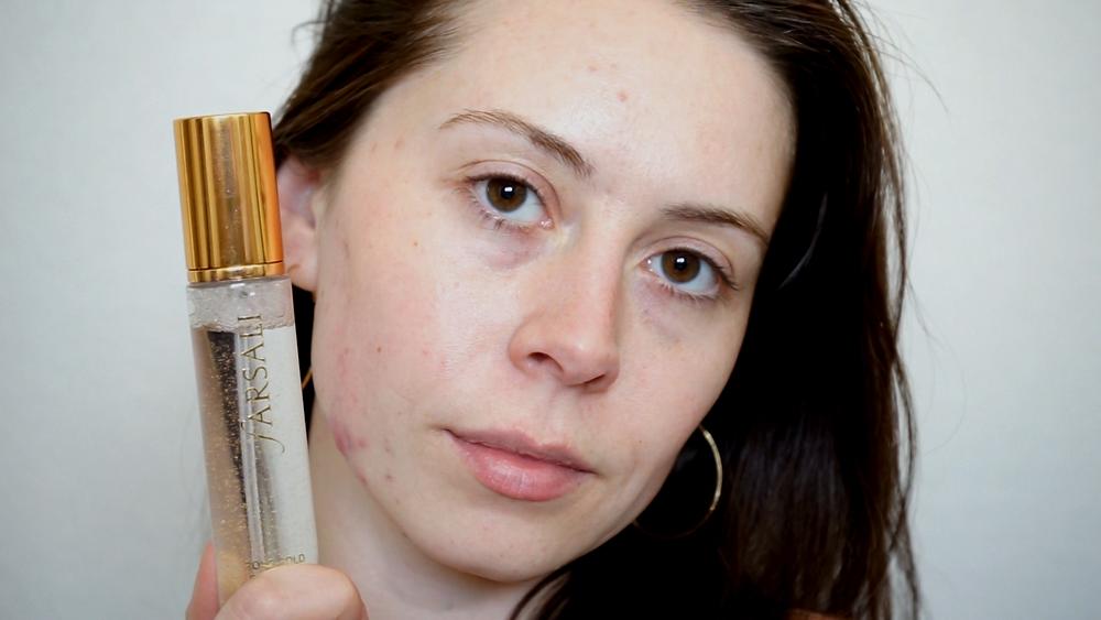 Morgan Pegnone with glowing skin by applying Farsali Rose Gold Skin Mist