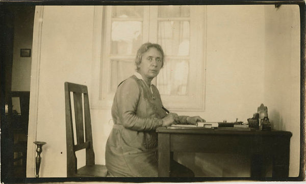 Henrietta_Szold_at_home,_Jerusalem.jpg