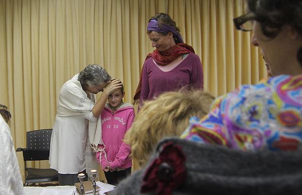 הרבה אייל סמואלס מברכת ילדה בקהילת תפילת האדם
