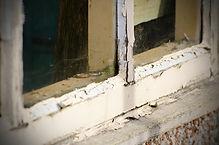 Vi byter ut trasiga glas, kittar om och målar om dina fönster.
