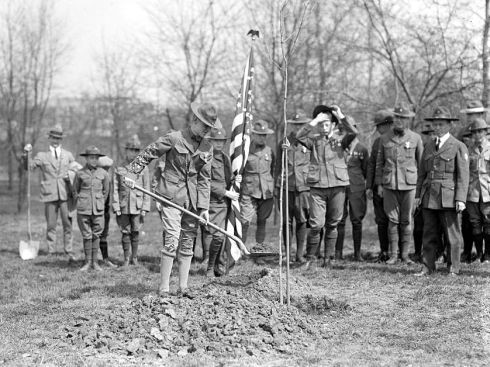 Memorial Tree planting, 1919-1920: Boy Scouts, Mrs. Harding (2), President Coolidge, Mrs. Coolidge and Girl Scouts, Library of Congress.
