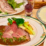 夕食の洋食コースは予約サイトのクチコミでも大人気。自家製バーコンやローストビーフも地元野菜と共に味わって。