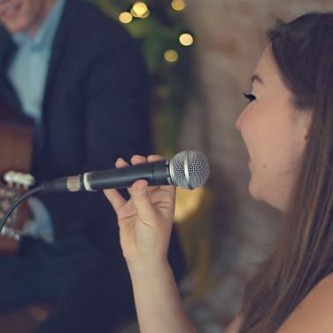 Zangeres zingt Nederlandse liedjes op uw Bruiloft