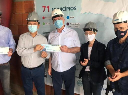 Senador Jorginho Mello entrega R$ 2 milhões para entidades de saúde de Blumenau