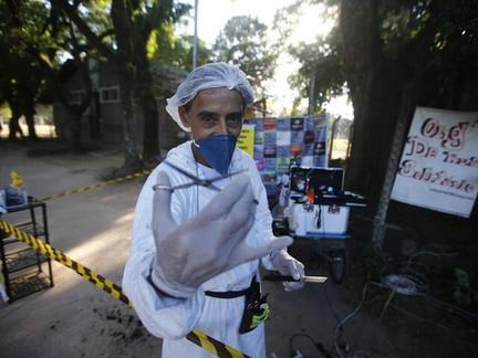 De triciclo, barbeiro argentino vai a Redenção cortar cabelo de moradores de rua