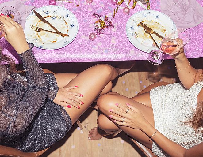 Festbord med flotte kvinder med flotte negle