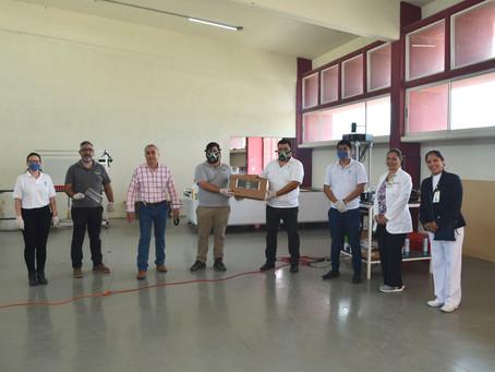 La Universidad Politécnica de Apodaca entrega máscaras faciales protectoras.