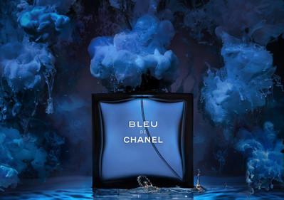 Съемка парфюма с растворами красок и водой