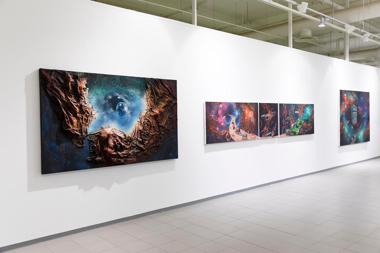 Janne Hokkanen  Kerro kerro ikuisuus / Aeon Aeon on the Wall  2017. Akryyli, spraymaali ja sekatekniikka kankaalle. 120 x 210 x 15 cm    Viimeinen korpimaa / The Final Frontier  2019. Akryyli, spraymaali ja sekatekniikka kankaalle, 73 x 150 x 8, 73 x 68 x 6, 73 x 151,5 x 6 cm   Antaa elämälle tarkoitus / To Give Life a Meaning  2020. Akryyli, spraymaali ja sekatekniikka kankaalle, 173 x 220 x 7 cm