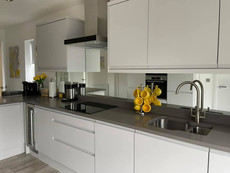 Toughened mirror glass splashbacks for modern kitchen design