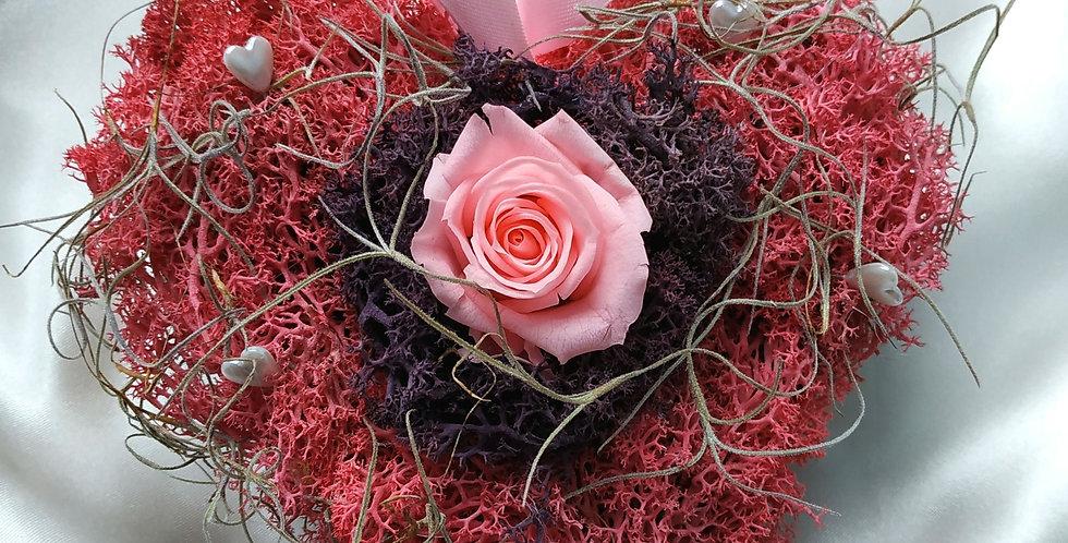 Ξύλινη καρδιά με forever rose σε ροζ χρώμα με moss