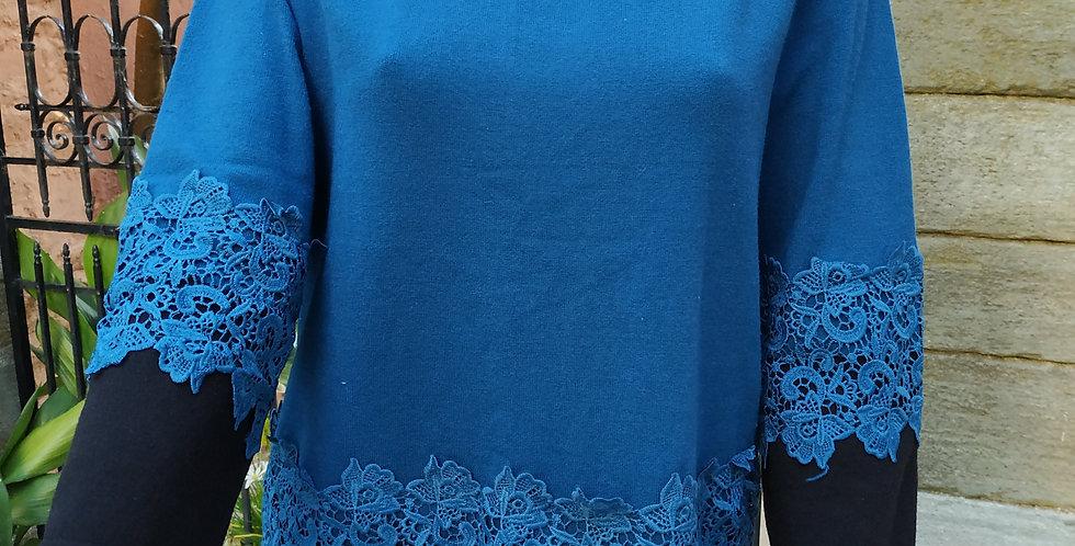 Μπλούζα μακρυμάνικη με κεντητά λουλούδια μπλε και μαύρο.
