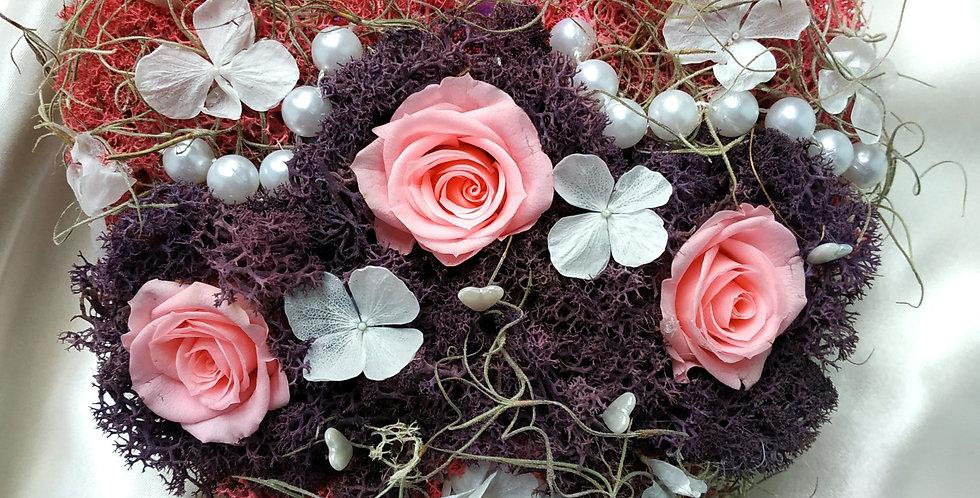 Ξύλινη καρδιά με μικρά forever roses ροζ με moss και πέρλες