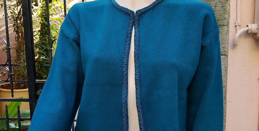Ζακέτα μπλε με κεντητό σχέδιο σε μπλε χρώμα.