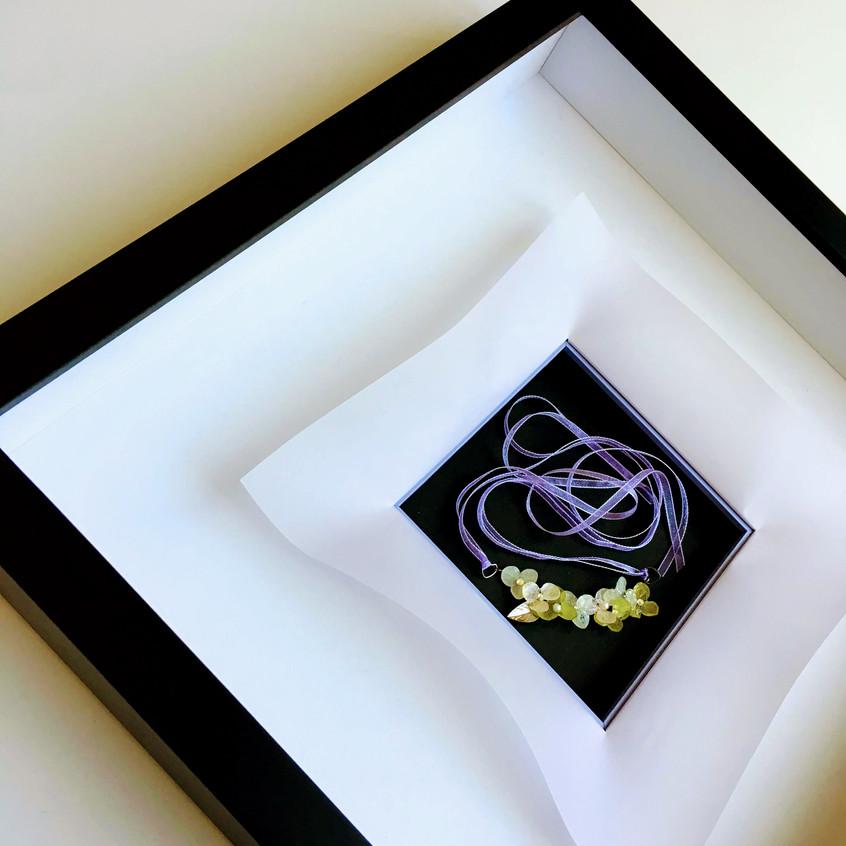 アジサイの押し花を使ったネックレスの額装作品です。