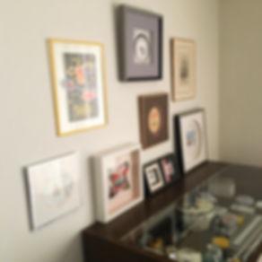 教室の収納棚と額装作品